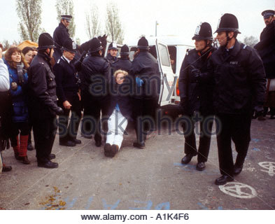 Manifestanti trascinati da Greenham Common Berkshire air base protesta contro American nucleare missile di crociera Foto Stock