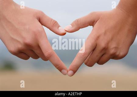 Due mani creazione di cuore, close-up Foto Stock