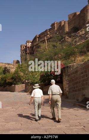 India Rajasthan Jodhpur anziani western i visitatori a piedi fino a Fort Meherangarh Foto Stock