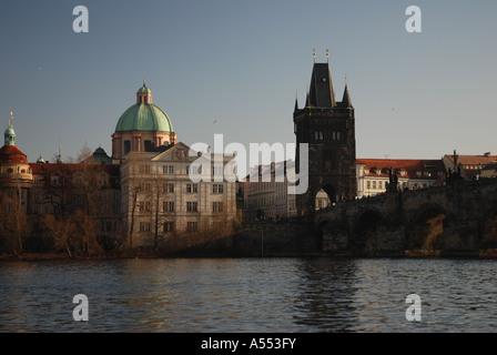 Charles Bridge tower sulla città vecchia sito con San Francesco della Chiesa Asis, Praga Repubblica Ceca Foto Stock