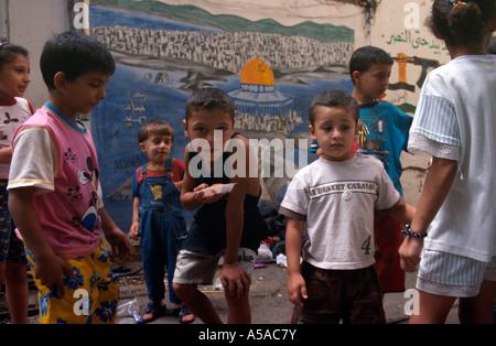 I bambini a giocare all'interno del Shatila campo profughi a Beirut Libano Foto Stock