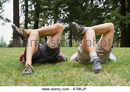 Gli escursionisti che giace a terra Foto Stock