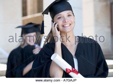 Un laureato con un telefono cellulare Foto Stock