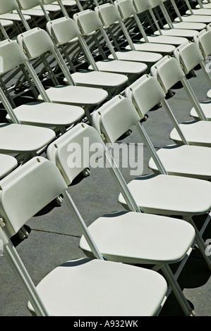Righe di bianco sedie pieghevoli Foto Stock