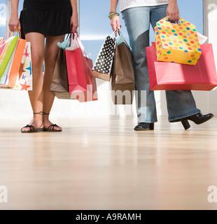 Due donne che portano borse per lo shopping Foto Stock