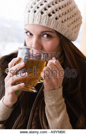 Giovane donna bere il tè Foto Stock