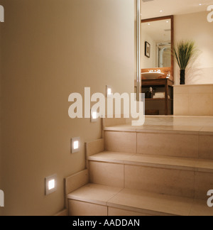 Illuminazione spot sulla scalinata di piastrelle per il bagno Foto Stock