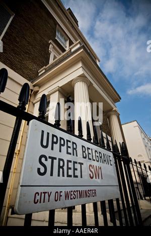 Upper Belgrave Street sign Belgravia esclusiva area di Londra SW1 Foto Stock