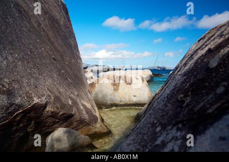 Yacht parcheggiato nella baia Zil Bagni Parco Nazionale Virgin Gorda Isole Vergini Britanniche BVI Foto Stock