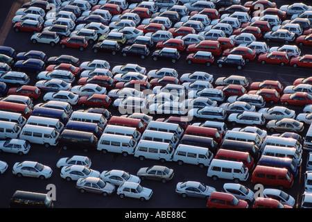 Auto parcheggiata in una fabbrica del motore Foto Stock