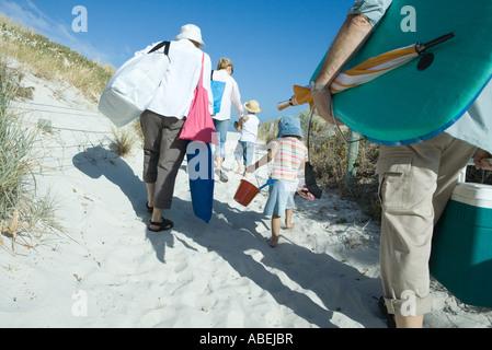 Famiglia a piedi attraverso le dune, vista posteriore Foto Stock