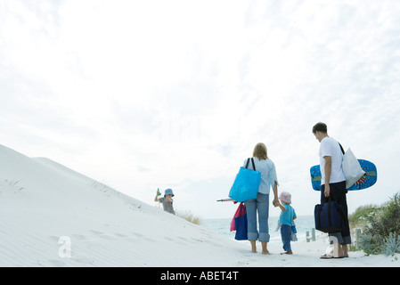 Famiglia a piedi attraverso le dune di spiaggia Foto Stock