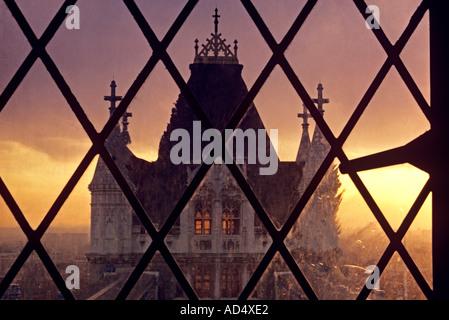 Vista unica del Tower Bridge visto attraverso la weathered leaded finestra di luce della torre nord a Sunset City Foto Stock