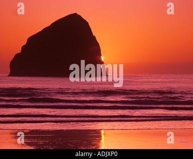 Tramonto sulla spiaggia a Città del Pacifico Oregon Foto Stock