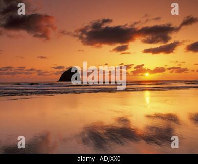Tramonto sulla spiaggia con la bassa marea Cape Kiwanda Oregon Foto Stock