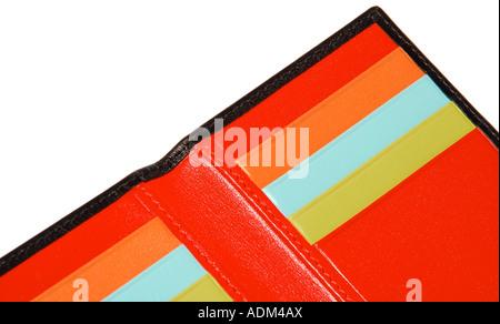 Un dettaglio di un Nero portafoglio in pelle con rosso, turchese, giallo e arancio interni. Foto da paddy McGuinness Foto Stock