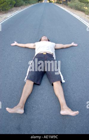 L'uomo recante sulla strada Foto Stock
