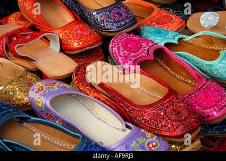 Colorato fatto a mano pantofole indiana per la vendita in un mercato all'aperto Foto Stock