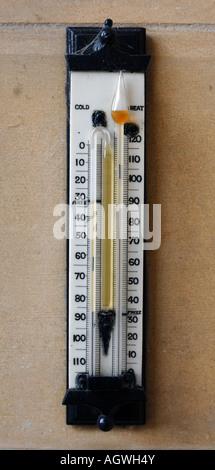 Termometro montato su una parete di pietra Foto Stock