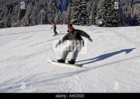 Gli appassionati di snowboard snowboard in sport invernali snow area resort di Morzine Haute Savoie sulle alpi francesi Foto Stock