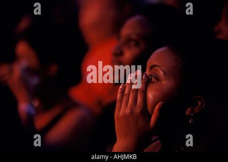Stati Uniti d'America, Washington, Seattle, donna piange ascoltando musicista dello Zimbabwe Oliver Mtukudzi eseguire Foto Stock