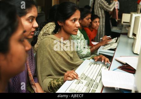 Studenti di sesso femminile studiare informatica a Sioti College of Technology di Bangalore in India Foto Stock