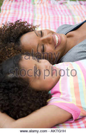Madre e figlia giacente su una coperta Foto Stock