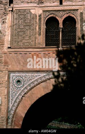 Dettaglio di stucco scolpito e piastrellate di decorazione su la Puerta del Vino, Alhambra Palace Granada Spagna Foto Stock