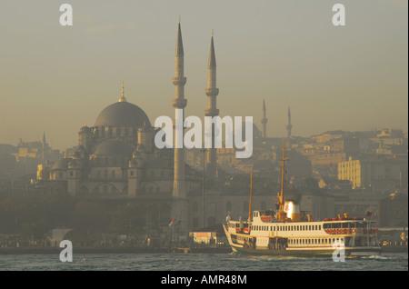 ISTANBUL. Un inizio di mattina di traghetto sul Bosforo arrivando davanti alla Moschea di Yeni nel quartiere Eminonu. Foto Stock