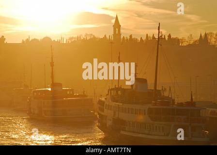 ISTANBUL. Un inverno mattina vista dal Ponte Galata sul Golden Horn, guardando verso Eminonu e il Palazzo Topkapi. Foto Stock