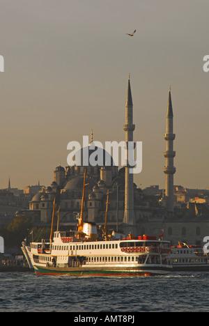 """ISTANBUL. Un inizio di mattina di """" commuters """" voce del traghetto per il quartiere Eminonu Ferry Terminal, con Foto Stock"""