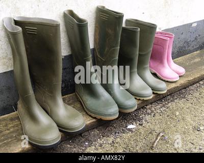 Famiglie sporca gli stivali da pioggia Foto Stock