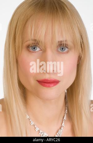 Ritratto di donna che indossa collana Foto Stock