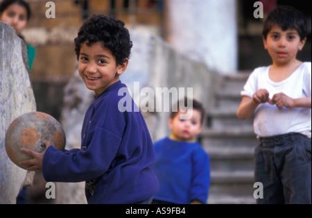 I ragazzi giocare nel centro cittadino di Beirut, Libano. Foto Stock