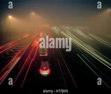 Una fitta nebbia sull'autostrada M25, avvicinando il Dartford crossing London Kent England Regno Unito. Foto Stock