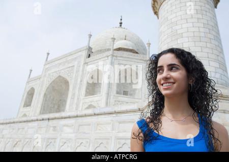 Close-up di una giovane donna sorridente, Taj Mahal, Agra, Uttar Pradesh, India Foto Stock