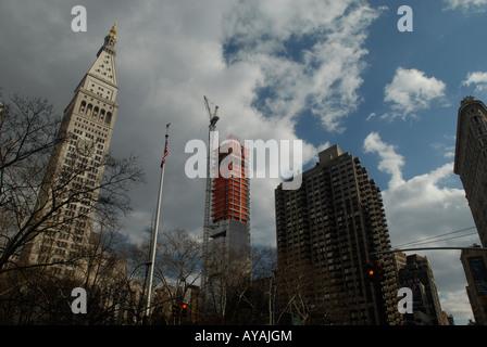 Sito in costruzione vicino Madison Square Park a New York la vita metropolitana edificio sulla sinistra e il Flatiron Foto Stock