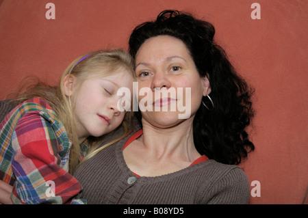 Madre con bambino, 10 anni Foto Stock