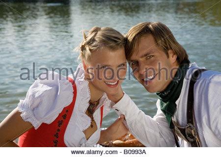 Coppia giovane nel tradizionale costume bavarese, ritratto, Monaco di Baviera, Germania Foto Stock