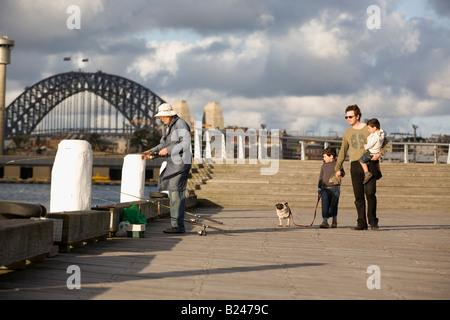 Padre e figli passeggiate con il cane Pyrmont Point Park Sydney New South Wales AUSTRALIA Foto Stock
