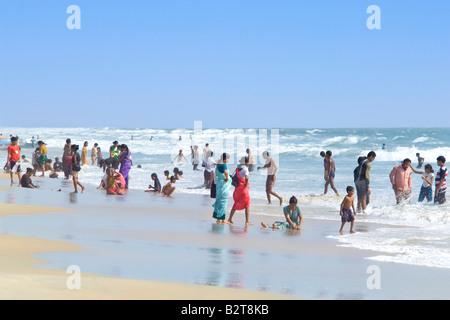 Gli Indiani locali godendo di una vacanza in spiaggia in una calda giornata di sole in Goa. Foto Stock