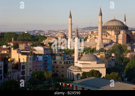 Vista in elevazione di Aya Sofya, Sancta Sophia a Sultanahmet, un designato dall'UNESCO World Heritage Site ad Istanbul Foto Stock