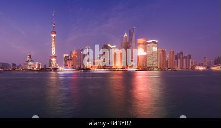 Cina Shanghai skyline finanziari visto oltre il fiume Huanngpu dal Bund Foto Stock