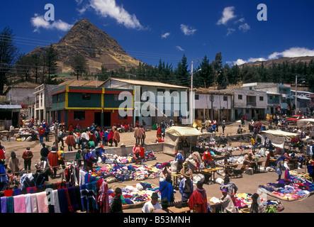 Popolo ecuadoriano persona nuova e abiti usati i fornitori di abbigliamento al giorno di mercato Zumbahua provincia Foto Stock