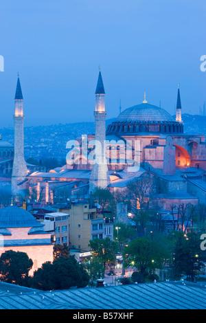 Vista in elevazione di Aya Sofia (Hagia Sophia) (Sancta Sophia), il Sito Patrimonio Mondiale dell'UNESCO, in Sultanahmet, Foto Stock