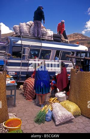 Popolo ecuadoriano fornitori di persona al giorno di mercato Zumbahua provincia di Cotopaxi Ecuador America del Foto Stock