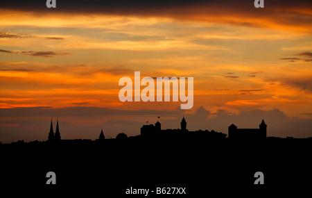 Rosso del cielo della sera con la silhouette del centro storico della città di Norimberga, Media Franconia, Baviera, Foto Stock