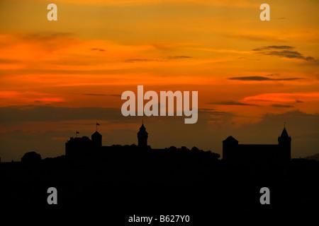 Rosso del cielo della sera con la sagoma del Castello di Norimberga, Norimberga, Media Franconia, Baviera, Germania, Foto Stock