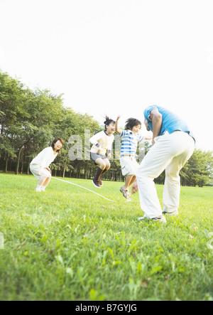 Famiglia salto con la corda Foto Stock