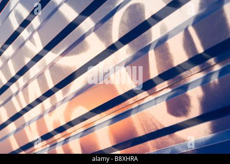 Dipinto Graffiti sul blu ondulata in lamiera pattern sul tramonto. Foto Stock